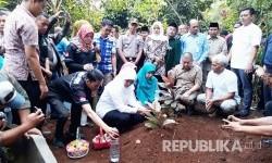 Menteri Sosial (Mensos) Khofifah Indar Parawansa ziarah kubur ke makam korban SR (8 tahun) pelajar SDN Longkewang Kabupaten Sukabumi yang meninggal di sekolah Jumat (11/8).