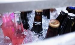 Menenggak minuman dingin kerap membuat pemilik gigi sensitif tidak nyaman.
