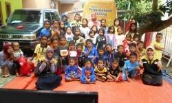 Mobil Juara saat mengunjungi anak-anak di TBM Roudlatu Sa'adah di Komplek Makmur Jaya, Kota Serang, Banten, Kamis (13/7).