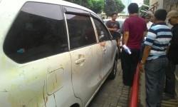 Mobil milik Hermansyah, pakar IT dari ITB yang menjadi korban pembacokan orang tak dikenal, Ahad (9/7). Mobil ini menjadi barang bukti dari kasus kekerasan tersebut.