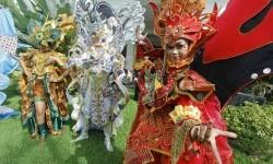 Model membawakan rancangan kostum Solo Batik Carnival (SBC) 6 di Loji Gandrung, Solo, Jawa Tengah