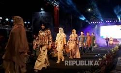 Model memperagakan busana dalam acara Fashion On The Street 2017 yang digelar di Jalan Pejanggik, Kota Mataram, NTB, pada Kamis (14/9) malam.