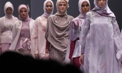 Model mengenakan pakaian dari rancangan desainer Ria Miranda pada Jakarta Fashion Week 2017 di Senayan City, Jakarta, Sabtu (22/10).