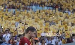 Momen emosional Francisco Totti saat mengucapkan perpisahan usai menjalani pertandingan terakhir bersama AS Roma di Stadion Olympico, Roma, Senin (29) dini hari.
