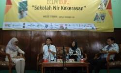 Muhammad Nur Rizal (kedua kiri) dan istrinya, Novi Candra (kedua kanan) saat menjadi pembicara dalam bedah buku 'Sekolah Nir Kekerasan' beberapa waktu lalu.