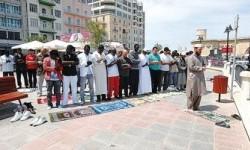 Muslim Malta menunaikan shalat di jalan akibat minimnya masjid