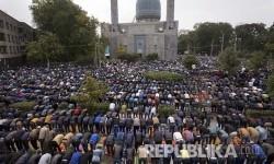 Muslim Russia shalat ied di St. Petersburg, Russia.