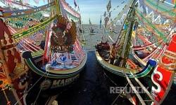 Nelayan menghias perahu untuk persiapan upacara 'petik laut' di Pantai Desa Kaduara Timur, Sumenep, Jawa Timur, Selasa (14/3). Petik laut yang berlangsung dari tanggal 14-16 Maret tahun ini.