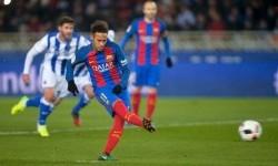 Neymar saat mencetak gol lewat tendangan penalti ke gawang Real Sociedad.