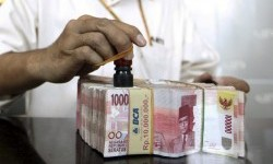 The exchange rate of the Indonesian currency strengthened by 32 points to Rp13,323 against the U.S. dollar on Friday, following Standard & Poor's move to raise the country's status to investment grade. (Illustration)