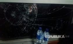 Oknum suporter sepak bola melakukan pelemparan ke kereta api serayu dengan tujuan akhir Purwokerto, Kamis malam (23/3). Pelemparan dilakukan setelah KA bergerak dari stasiun Kiaracondong menuju stasiun Gedebage.