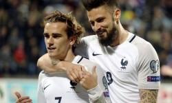Olivier Giroud (kanan) dan Antoine Griezmann, dua pencetak gol kemenangan Prancis 3-1 atas Luksemburg, Ahad (26/3).
