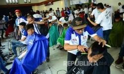 Pangkas rambut massal dalam rangka perayaan HUT ke-56 Bank BJB digelar di gedung Yayasan Pusat Kebudayaan, Jalan Naripan, Kota Bandung, Sabtu (20/5).