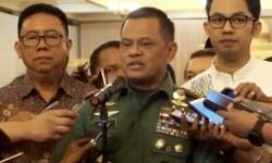 Panglima Jenderal TNI Gatot Nurmantyo (tengah).