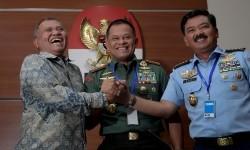 Panglima TNI Jenderal TNI Gatot Nurmantyo (tengah), KSAU Marsekal TNI Hadi Tjahjanto (kanan) dan Ketua KPK Agus Rahardjo melakukan salam komando usai konferensi pers kasus dugaan korupsi pembelian Helikopter Agusta Westland (AW) 101 di Gedung KPK, Jakarta, Jumat (26/5).