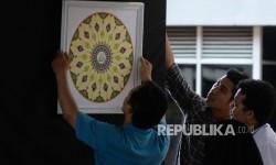 Panitia memasang kaligrafi untuk mempersiapkan pameran di Masjid Istiqlal, Jakarta (Ilustrasi)