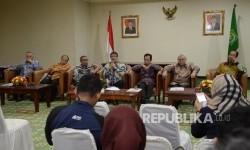 Panitia Seleksi Anggota BPKH Din Syamsuddin, Yunus Husein, Nur Syam, Mulya Siregar, Nasaruddin Umar, Zainulbahar Noor, Aidir Amir Daud (dari kiri-kanan) memberikan keterangan pers di kantor Kemenag, Jakarta, Kamis (19/1).