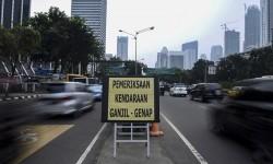 Papan bertulisakan pemeriksaan kendaraan ganjil-genap diletakan di kawasan pembatasan lalu lintas ganjil-genap di sekitar Bundaran Senayan, Jakarta, Selasa (30/8).