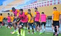 Para pemain Borneo FC dalam sebuah sesi pemanasan sebelum laga Liga 1.