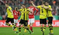 Para pemain Borussia Dortmund erayakan keberhasilan melaju ke final Piala Jerman setelah menyingkirkan Bayern Muenchen 3-2, Kamis (27/4) dini hari WIB.