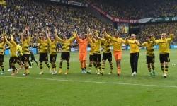 Para pemain Borussia Dortmund merayakan kemenangan 4-3 melawan Werder Bremen di Signal Iduna Park, Sabtu (20/5). Dortmund berada di peringkat tiga Bundesliga.