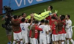 Para pemain Cile melemparkan Claudio Bravo ke atas setelah menjadi pahlawan kemenangan Cile atas Portugal pada semifinal Piala Konfederasi 2017.