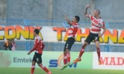 Para pemain Madura United merayakan gol ke gawang Persipura Jayapura.