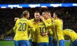 Para pemain Swedia merayakan gol yang dicetak Emil Forsberg (tengah nomor 10) ke gawang Belarusia pada kualifikasi Piala Dunia di Friends Arena, Solna, Swedia, Ahad (26/3) dini hari WIB.
