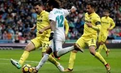 Para pemain Villarreal menutup pergerakan bek Marcelo dalam pertandingan La Liga di Santiago Bernabeu, Sabtu (14/1). Madrid takluk 0-1 dari tamunya.