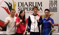 Para perwakilan atlet peserta turnamen Djarum Superliga Badminton 2017 saat jumpa pers di Hotel Ciputra World Surabaya, Sabtu (18/2). Dari kiri: Riky Widianto, Zhang Beiwen (AS), Lee Yong Dae (Korea Selatan) dan Kevin Sanjaya Sukamuljo