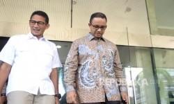 Pasangan Bakal Cagub-Cawagub DKI Jakarta Anies baswedan (kanan) dan Sandiaga Uno keluar dari Gedung KPK, Jakarta, Kamis (29/9).