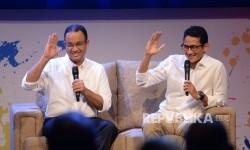 Pasangan Cagub dan Cawagub DKI Anies Baswedan dan Sandiaga Uno memberikan salam saat peluncuran Jumpa Calon Pemimpin Jakarta di Studio Jak TV, Jakarta, Jumat (21/10) malam.