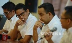 Pasangan calon Gubernur dan Wakil Gubernur DKI Jakarta, Anies Rasyid Baswedan (kedua kanan)-Sandiaga Uno (kedua kiri).