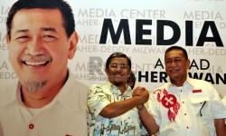 Pasangan calon gubernur Jabar Ahmad Heryawan-Deddy Mizwar bersalaman saat memantau hasil perhitungan cepat (Quick Count) di Media Center Aher-Deddy di Bandung, Ahad (24/2).  (Republika/Prayogi)
