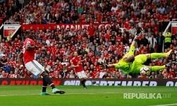 Paul Pogba melakukan shooting gawang Westham United yang dijaga Joe Hart di Stadion OId Trafford, Manchester, Ahad (13/8) malam.