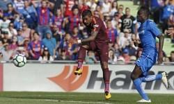 Paulinho (kanan) saat mencetak gol kemenangan Barcelona atas Getafe.