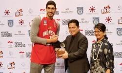 Pebasket NBA, Enes Kanter (kiri) bersama Erick Thohir.