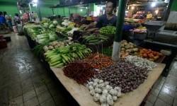 Pedagang bahan pokok menata dagangannya (Ilustrasi) ( Republika/Prayogi)