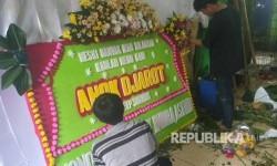 Pedagang bunga di Pasar Rawa Belong, Jakarta Barat sedang mengerjakan pesanan karangan bunga yang dipesan untuk Basuki Tjahaja Purnama dan Djarot Saiful Hidayat, Kamis (27/4).
