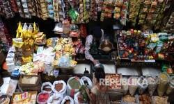 Pedagang melayani pembeli di toko Sembako pada salah satu pasar tradisional, Jakarta.