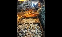 Pedagang memilah bawang putih di pasar. Ilustrasi
