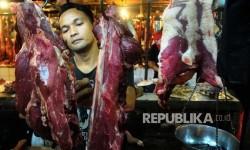 Pedagang memotong daging sapi yang djual di Pasar Senen, Jakarta, Senin (29/5).
