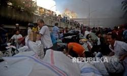 Pedagang menyelamatkan barang-barangnya dari lokasi Blok I dan Blok II Pasar Senen yang terbakar di Jakarta, Kamis (19/1).