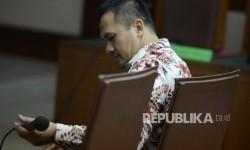 Pedangdut Saipul Jamil menjalani sidang perdana di Pengadilan Tipikor, Jakarta, Rabu (26/4).