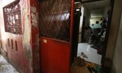 Pekerja beraktivitas di rumah bekas Siti Aisyah, Warga Negara Indonesia (WNI), yang diduga sebagai salah satu pembunuh Kim Jong-nam, kakak tiri pemimpin Korea Utara Kim Jong-un di Tambora, Jakarta, Jumat (17/2).