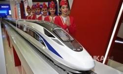 Pekerja berpose disamping kereta cepat pada pameran Indonesia Business & Development Expo 2016 di JCC, Jakarta, Kamis (8/9). (Republika/Tahta Aidilla)