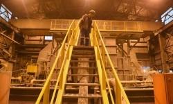 Pekerja memeriksa proses pengolahan biji tambang di PT Freeport Indonesia, Tembagapura, Mimika, Timika, Papua.