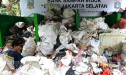 Pekerja memilah sampah di Bank Sampah Induk, Jakarta, Selasa (21/3).