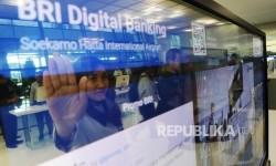 Pekerja mengoperasikan layanan Oled BRI Digital Banking di Terminal 3 Ultimate bandara Soekarno Hatta, Tangerang, Banten.
