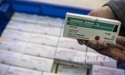 Pekerja menunjukan vaksin yang mengandung komponen difteri sebelum didistribusikan, di Bandung, Jawa Barat, Senin (18/12).